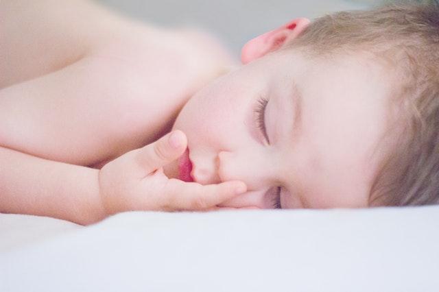 Dieťa spiace na bielom matraci.jpg