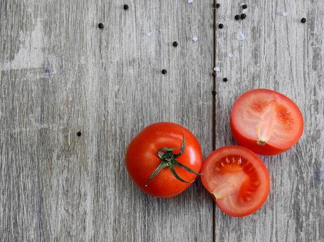 Červené paradajky na drevenom stole