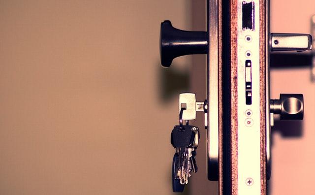 kľúče v bezpečnostných dverách.jpg