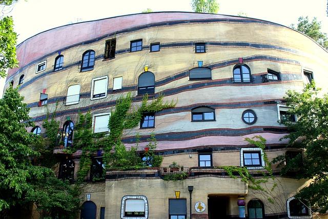 Predný pohľad na budovu Hudertwasser House.jpg