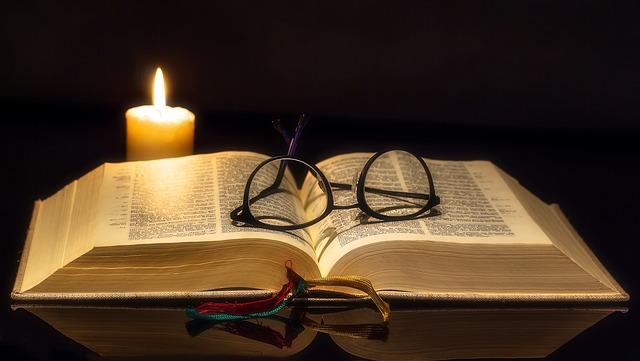 čítanie pri sviečke.jpg