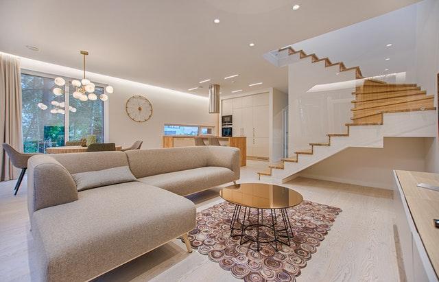 Interiér, bývanie, gauč, schodisko.jpg