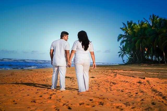 Zamilovaný pár, prechádzka po pláži.jpg