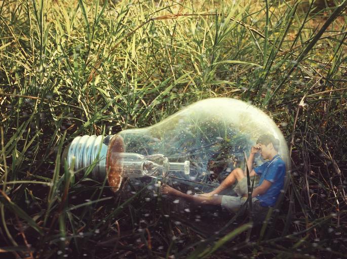 Človek v žiarovke, žiarovka na tráve.jpg