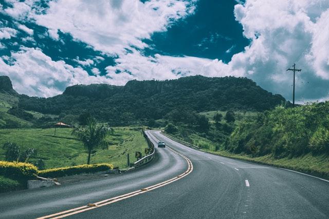 Cesta, po ktorej ide jedno auto.jpg