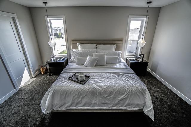 Spálňa s manželskou posteľou, dvoma podlhovastými oknami a dverami.jpg