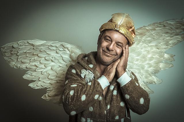 Muž v župane s anjelskými krídlami.jpg