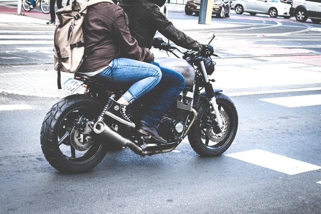 ľudia na motorke.jpg