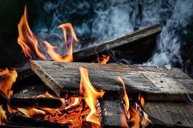 polena v ohni